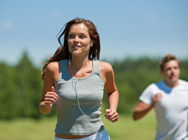 1e2gg9i-active-couple-headphones-healthy-jogging-man-meadow-music-nature-outdoors-people-running-sport-sportive-spring-summer-two-wellbeing-woman_57hbe927stjygc8w