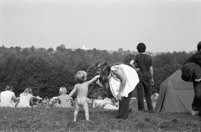 Cracking, Never-Before-Seen Pictures From Woodstock 1969